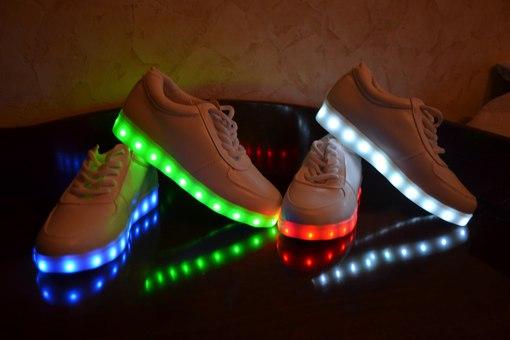 Свет обувной обувь USB зарядка мужская обувь корейский чистый белый кружево студент обувь светящиеся обувь любители флуоресценция обувной